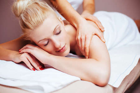 Recht blonde Frau, die eine Massage Rückenbehandlung