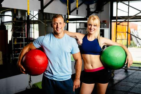 Foto des jungen Paares mit Übungsbälle in einem Fitness-Studio
