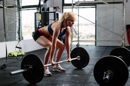 Weibliche Gewichtheber Vorbereitung für einen Aufzug Lizenzfreie Bilder