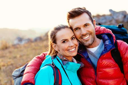Portret van een gelukkig paar wandelaars Stockfoto