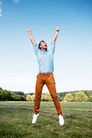 勝利を収めた喜びの男の写真