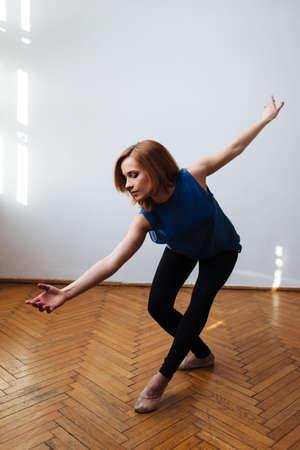 Ballet dancer exercising a balanced move Foto de archivo