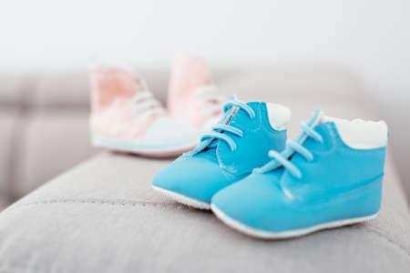 青とピンクのベビーシューズ