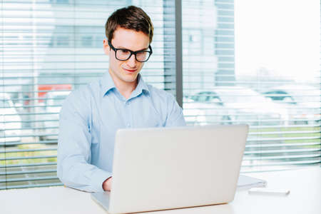Young businessman working on laptop in the office Foto de archivo