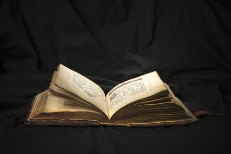 Ouvrez Le Livre Avec Un Projecteur Lumineux Sur Le Texte Lecture Du Livre Ouvert Eduque Par Un Livre Lecture De Texte De La Bible Antique Sur Fond