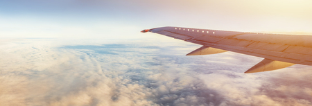 Panorama da asa do voo com espaço da cópia. Asa de aviões acima da terra e das nuvens. Vôo no céu. Viaje pelas companhias aéreas para férias.