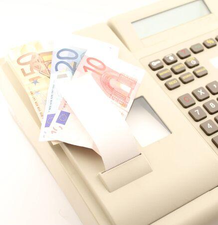 billets euros: Notes euros placés sur une utilisation d'affaires de la caisse enregistreuse.