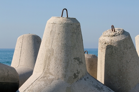 breakwaters: Pile breakwater, with the same shape, in defense of the land or beach, the situation of the place of the sea.