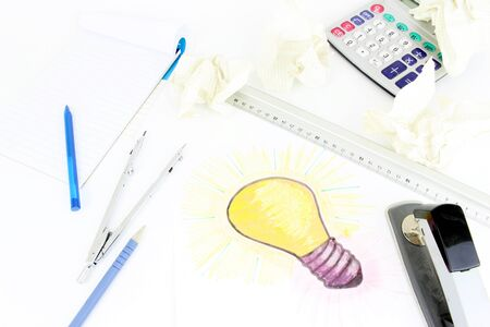 A stylised illustration of a light bulb that has been sketched on a sheet of paper. Idea of a project, drawing objects, of calculation.  Error with crumpled up paper. Standard-Bild