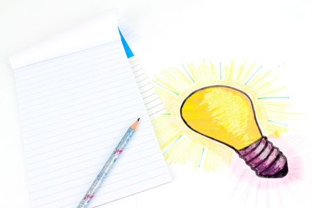 A stylized illustration of a light bulb That Has Been sketched on a sheet of paper. Idea of ??a project, drawing objects, of calculation. Standard-Bild