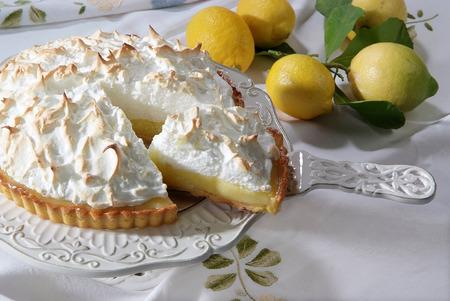 ceramica: torta al limone e meringa su vassoio in ceramica
