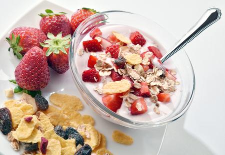 lactic: yogurt con fragole e muesli per UNA sana colazione Stock Photo