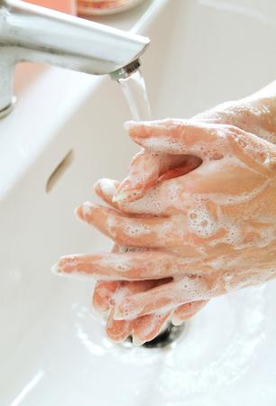 desinfectante: lavarse las manos con jab�n desinfectante Foto de archivo