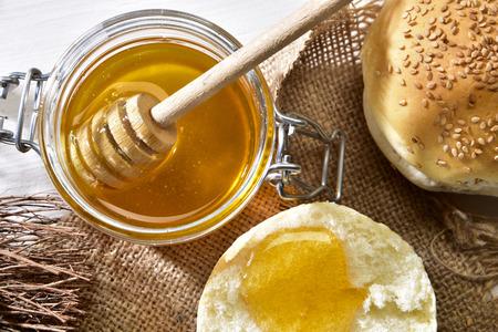 Colazione con miele a pane su un tavolo di legno Reklamní fotografie