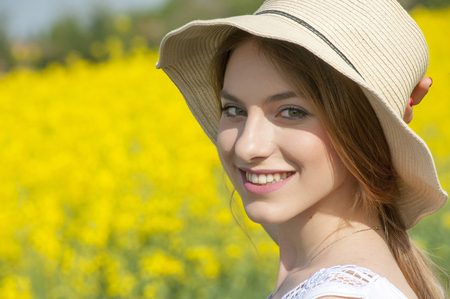 look of a beautiful girl with straw hat Banque d'images - 100971954
