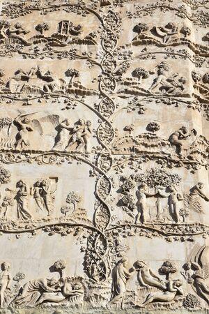 Cattedrale di Orvieto in Italia, Bassorilievi raffiguranti la genesi sulla facciata del duomo di Orvieto in Italia Banque d'images