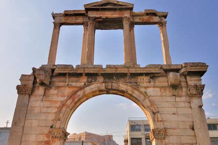 hadrian: Vista de la Acr�polis por el Arco de Adriano Foto de archivo