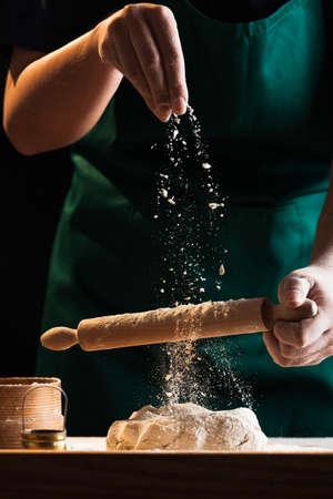Ręce kucharza piekarza wyrabiającego ciasto