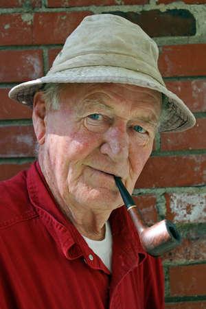 Elegant oudere afgevaardigde met pijp Stockfoto