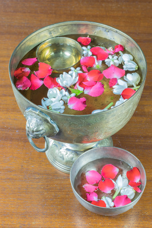 corolla: Water with jasmine and roses corolla in bowl