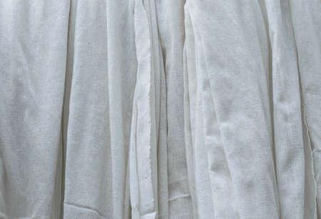tela algodon: Paño de algodón blanco que cuelga Foto de archivo