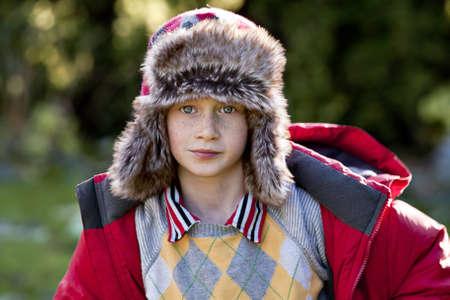 겨울 모자에 어린 소년