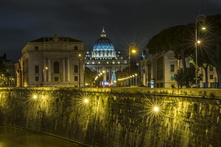 ciudad del vaticano: Ciudad del Vaticano con el �rbol de Navidad en la noche, Roma, Italia Editorial