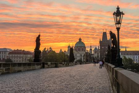 Charles Brdige in Prague at Sunrise with beautiful intense golden hour. 免版税图像