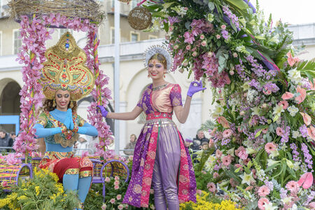 costum: Nice - February 23: Female Entertainers in Indian Costum at the Nice Flower Carnival on February 23, 2013 in Nice, France