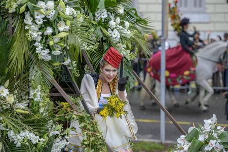 ニース - 2 月 23 日: 女性芸能人カーニバル 2013 年 2 月 23 日ニース、フランスの素敵な花のカーニバルのコスチュームで 報道画像