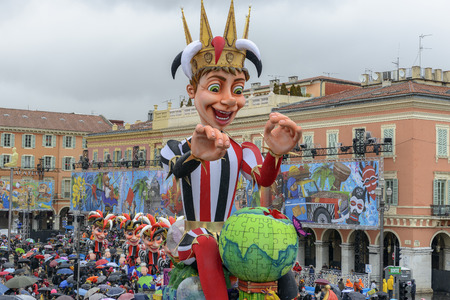 Nice - February 24: Carnival of Nice in French Riviera. The theme for 2013 was King of the five continents. Nice, France - Feb 24, 2013 新聞圖片