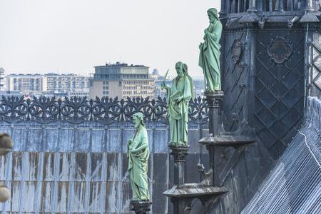 gargouilles: Anges face gargouilles sur la cath�drale Notre-Dame � Paris, France