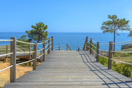 Wooden bridge going to the sea in Portugal 版權商用圖片