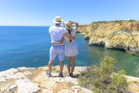 Couple enjoying the ocean view from a cliff in Algarve, Portugal Stockfoto