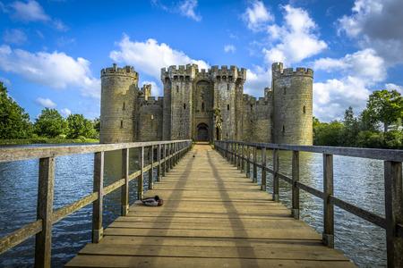 castillo medieval: Hist�rico Castillo de Bodiam y foso en East Sussex, Inglaterra