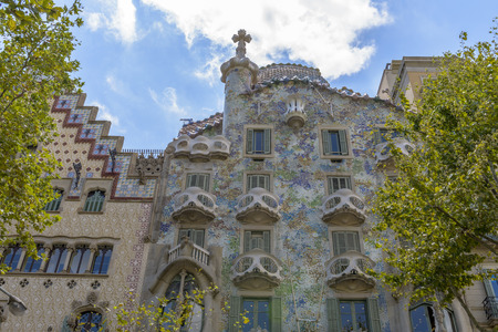 Barcelona - 16 juli: De gevel van het huis Casa Battlo ontworpen door Antoni Gaudi op 12 juli 2014 in Barcelona, Spanje