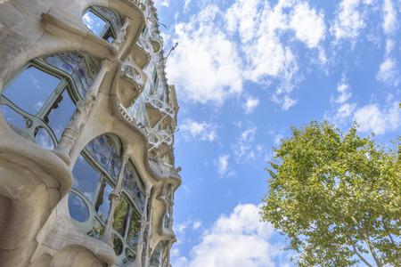 Barcelona - 16. Juli: Die Fassade des Hauses Casa Battlo von Antoni Gaudi am 12. Juli 2014 in Barcelona, ??Spanien entwickelt Standard-Bild - 33076044