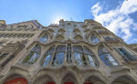 Barcelona - 16. Juli: Die Fassade des Hauses Casa Battlo von Antoni Gaudi am 12. Juli 2014 Barcelona, ??Spanien Standard-Bild - 33076070