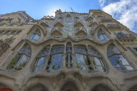 Barcelona - 16. Juli: Die Fassade des Hauses Casa Battlo von Antoni Gaudi am 12. Juli 2014 Barcelona, ??Spanien Standard-Bild - 33076071