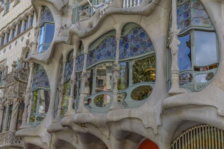 Barcelona - 16. Juli: Die Fassade des Hauses Casa Battlo von Antoni Gaudi am 12. Juli 2014 in Barcelona, ??Spanien entwickelt Standard-Bild - 33076074
