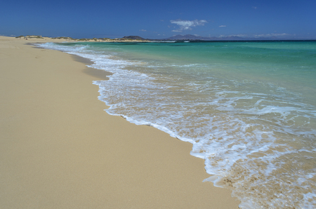 Beach at Corralejo, Fuerteventura Island. Isla de Lobos in the background. 版權商用圖片
