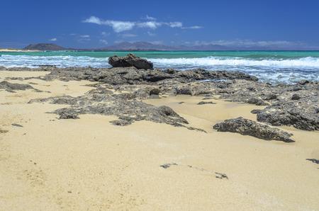 Beach at Corralejo, Fuerteventura Island. Isla de Lobos in the background. Stockfoto