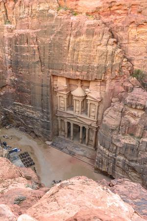 De Schatkist in de oude stad Petra uitgehouwen uit de rots, Jordanië gezien vanaf de klif. Stockfoto - 35085287