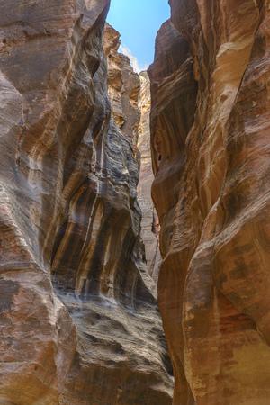 De Siq, de nauwe canyon die dienst doet als de ingang van doorgang naar de verborgen stad Petra, Jordanië. Stockfoto - 35084864
