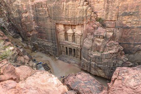 De Schatkist in de oude stad Petra uitgehouwen uit de rots, Jordanië gezien vanaf de klif. Stockfoto - 35085087