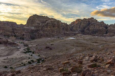 Bergen bekijken in Petra in Jordanië bij zonsondergang Stockfoto - 35085117