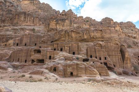 Oude huizen op Facade Street in Petra uitgehouwen uit de rots in Jordanië Stockfoto - 35087036