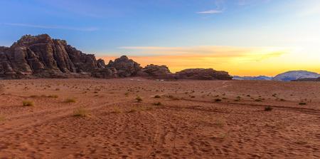 Panorama van een zonsondergang in de woestijn van Wadi Rum, Jordanië Stockfoto - 35597157