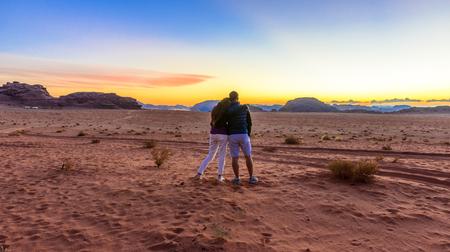 Paar genieten van de zonsondergang in Wadi Rum woestijn in Jordanië Stockfoto - 35597190