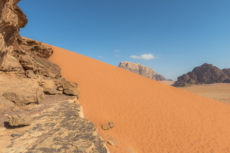 Spectaculaire Red zandduinen bij Wadi Rum woestijn in Jordanië Stockfoto - 35597269